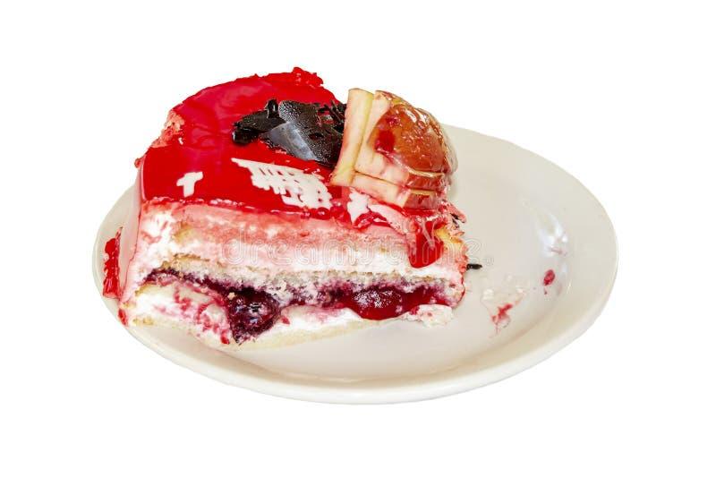Kawa?ek cheesecake z ?wie?ymi truskawkami i mennic? odizolowywaj?cymi na bia?ym tle zdjęcie stock