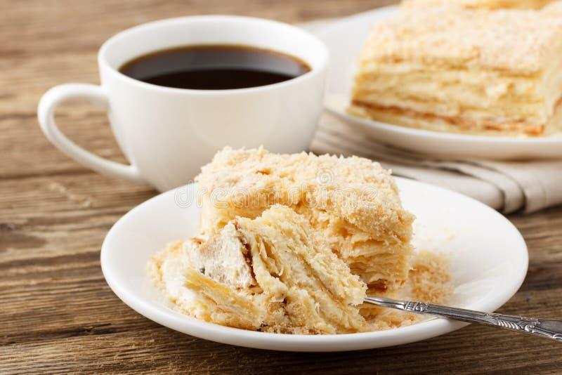 Kawa?ek tort z fili?ank? kawy fotografia royalty free