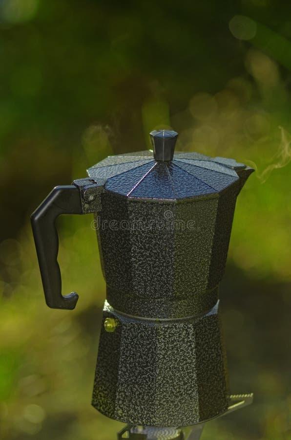 Kawa espresso Kawowy garnek i Obozowa kuchenka obrazy royalty free