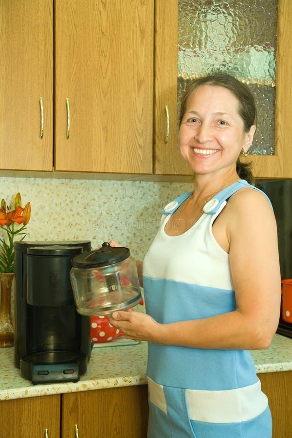 kawa espresso maszyna używać kobiety obrazy royalty free