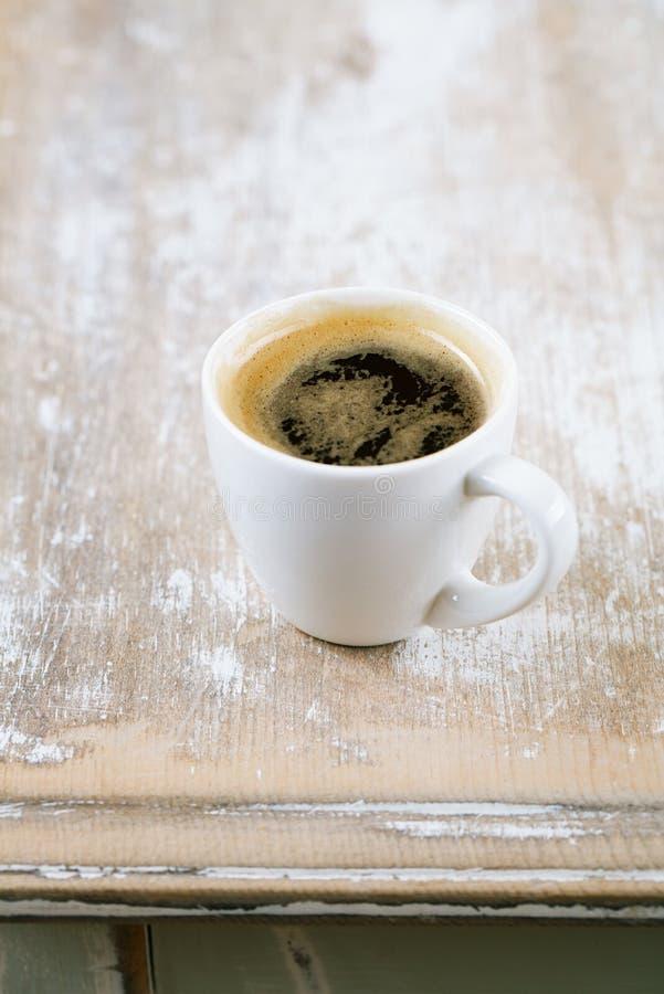 Kawa espresso migdały na starym wieśniaka stole i kawa zdjęcie royalty free