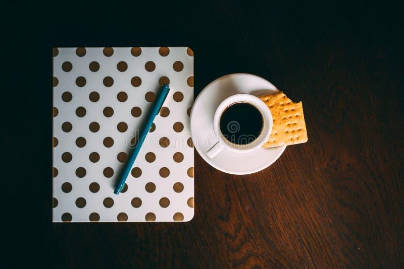 Kawa espresso notatnik na stole i kaseton fotografia stock