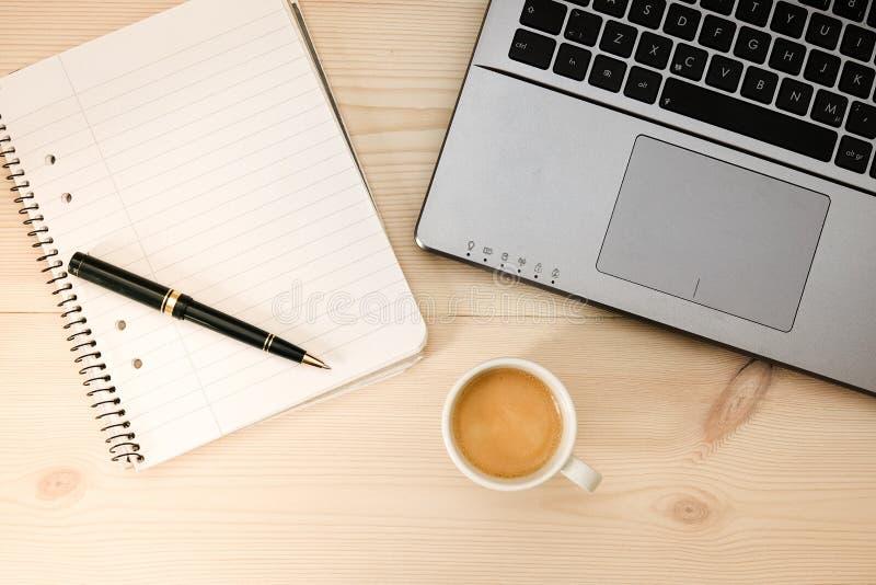 Kawa espresso, kawa przed/laptopem i writing ochraniaczem zdjęcia royalty free