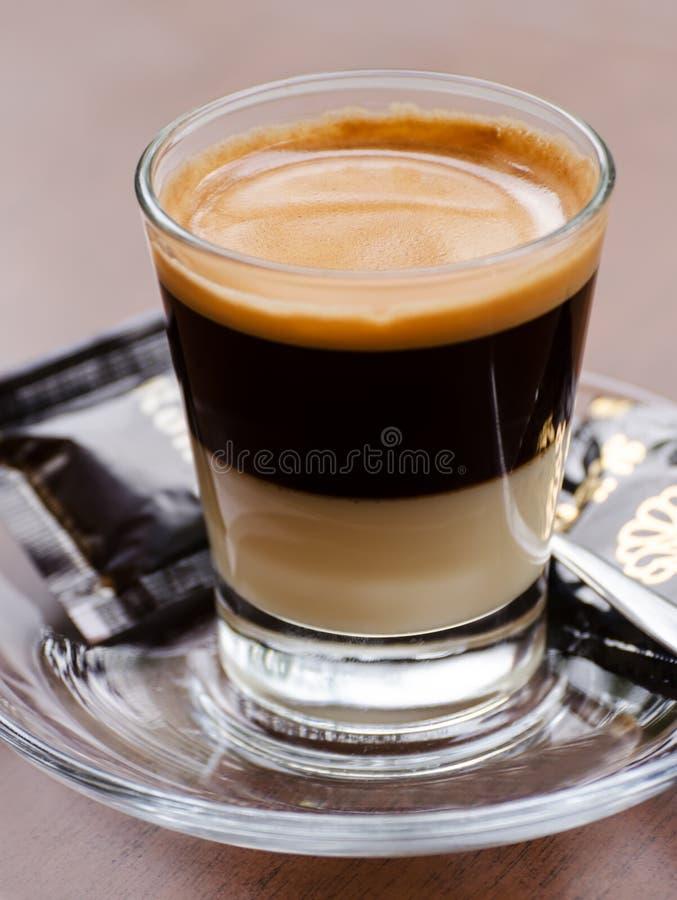 Kawa espresso strzelająca w szkle obrazy royalty free