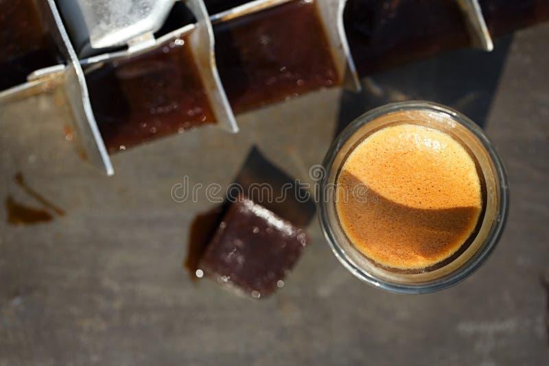 Kawa espresso z kostkami lodu kawowymi obrazy stock