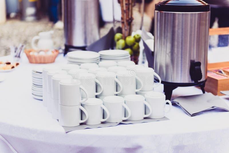 Kawa, filiżanki na cateringu stole przy konferencją lub ślubu bankiet, zdjęcia royalty free