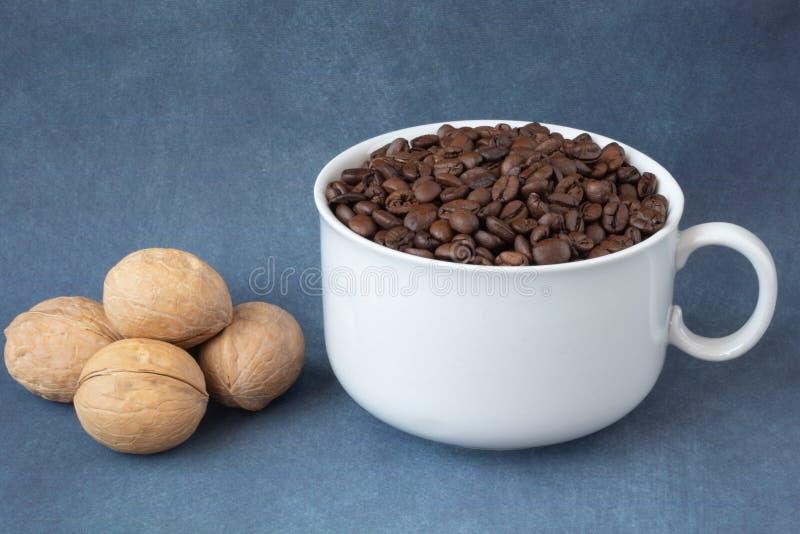 kawa groszkuje w białej filiżance i dokrętkach zdjęcie stock