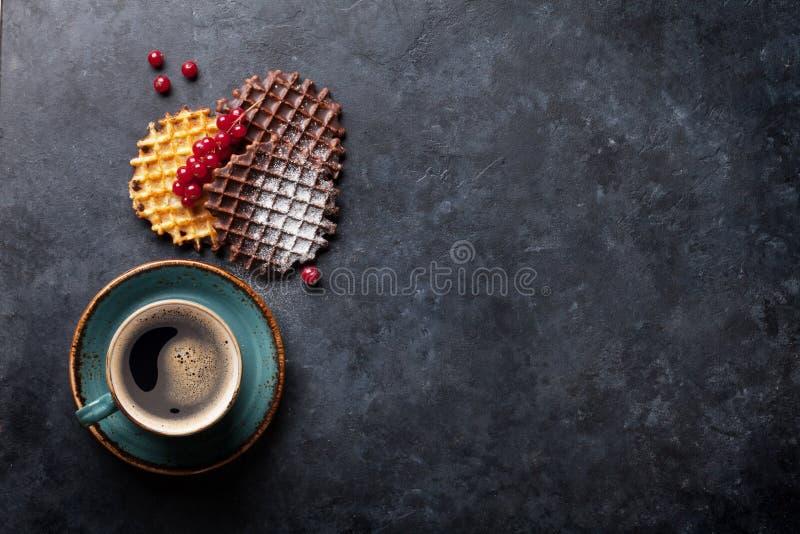 Kawa i gofry z jagodami zdjęcia royalty free