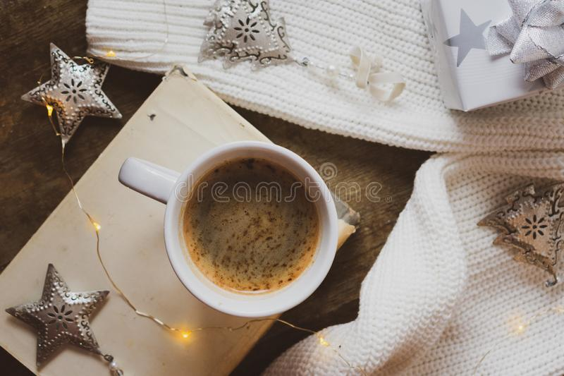 Kawa, książka, srebny Bożenarodzeniowy prezent i dekoracje na drewnianym tle, obraz stock