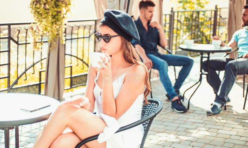 Kawa kt?ra jest zawsze sposobem ty lubisz Kobieta cieszy si? pij?cy kaw? espresso lub cappuccino Kawowa przerwa dla przek?ski dos zdjęcie royalty free