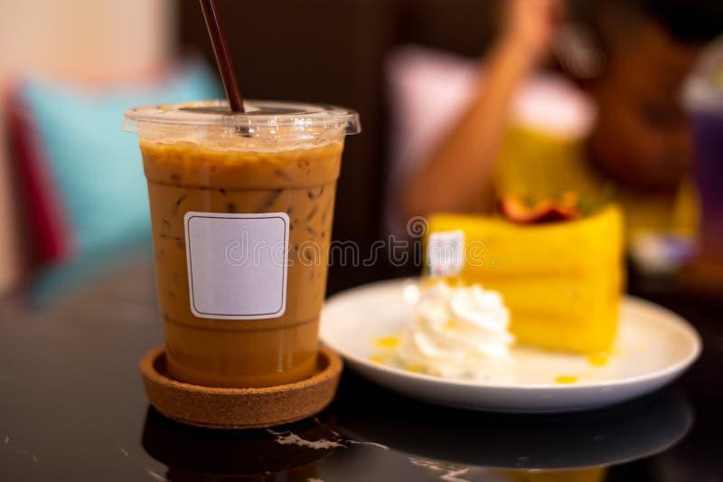 Kawa lodowa z białą etykietą i pomarańczowym ciastkiem obrazy royalty free