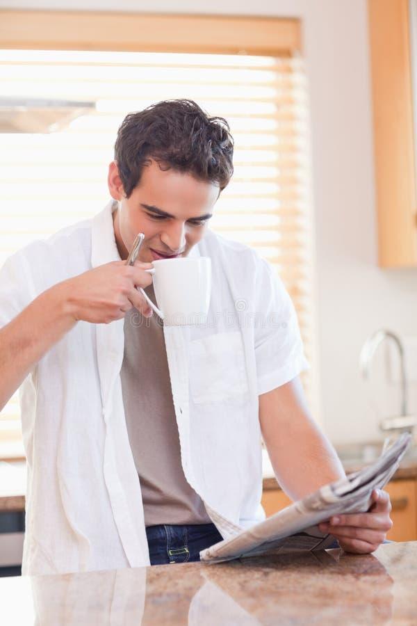 kawa ma gazetowego mężczyzna czytanie niektóre zdjęcie royalty free