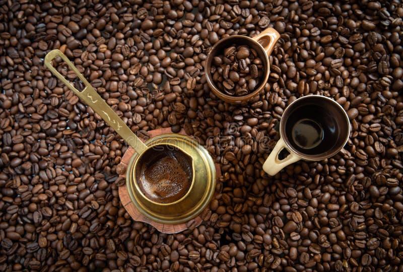 Kawa na filiżance i brąz fasolach zdjęcia stock