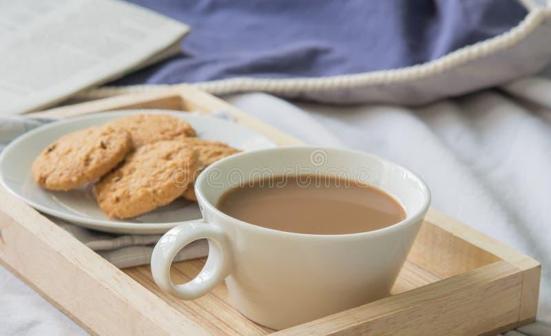 Kawa na ranku łóżku zdjęcie stock