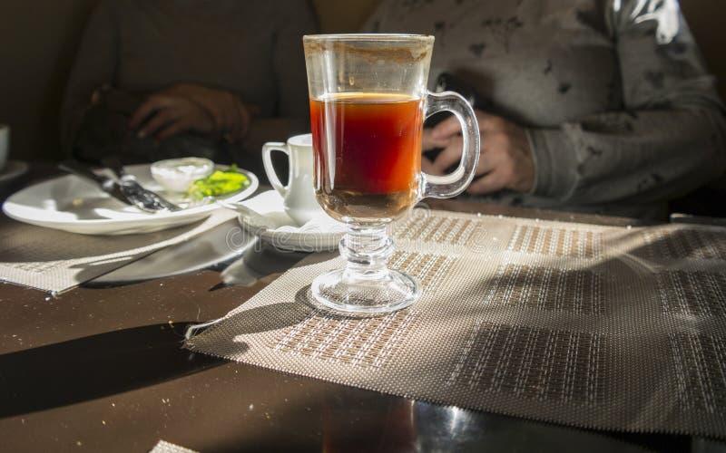 Kawa na upaćkanym stole zdjęcia royalty free