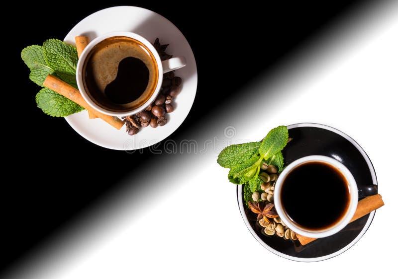 Kawa Słuzyć w Czarny I Biały Yin Yang kubkach zdjęcia royalty free