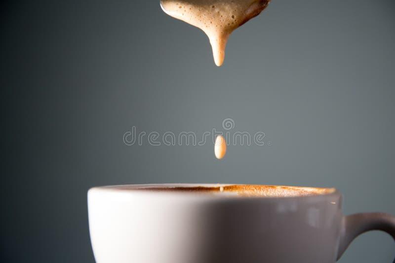 Kawa spienia opadowego zwolnione tempo zdjęcia royalty free