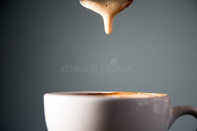 Kawa spienia opadowego zwolnione tempo obrazy stock