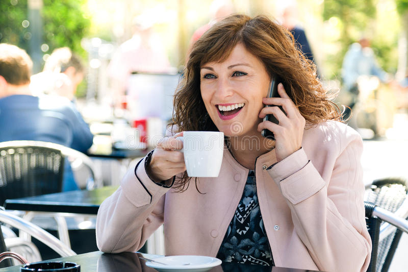 Kawa, telefon i zabawa, obraz stock