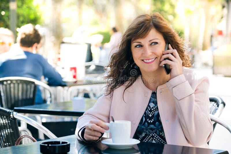 Kawa, telefon i zabawa, fotografia royalty free