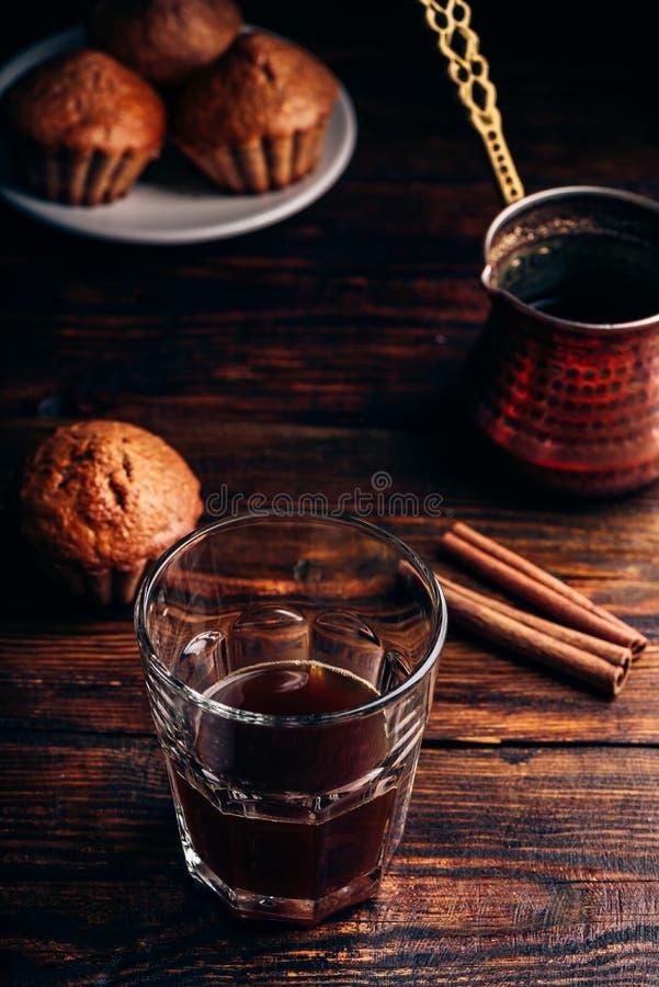Kawa turecka z przyprawami i babeczkami fotografia royalty free