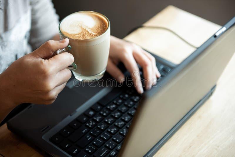 Kawa w ręki biurowej dziewczynie r zdjęcia stock