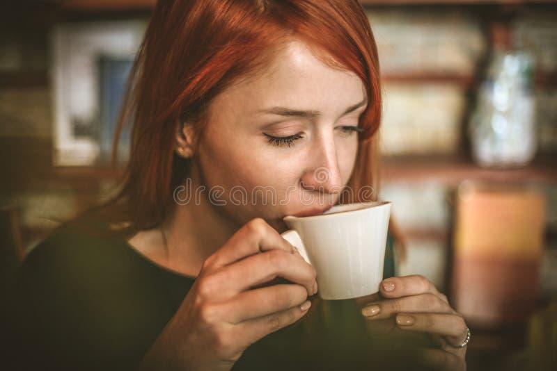 kawa więcej czasu Młoda biznesowa kobieta cieszy się w kawowej przerwie zdjęcia royalty free