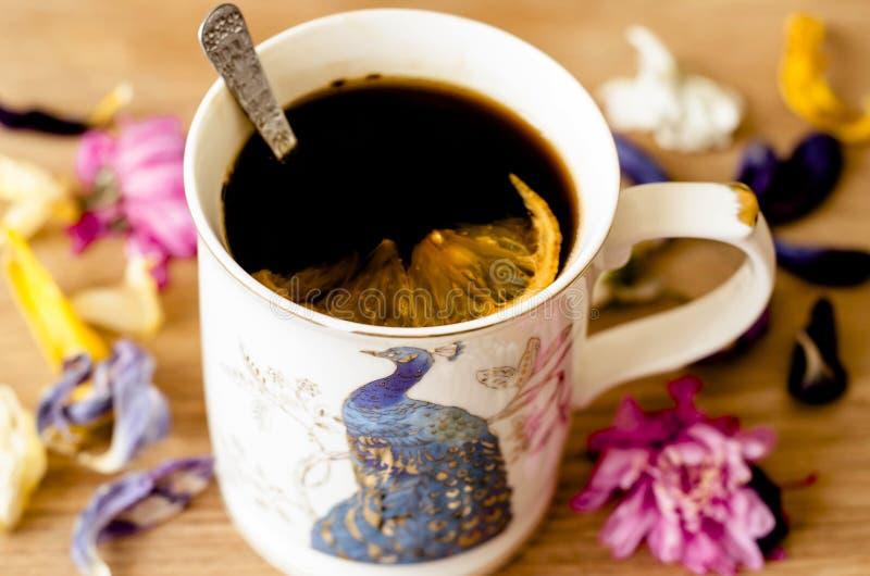Kawa z cytryną w białej filiżance zdjęcie stock