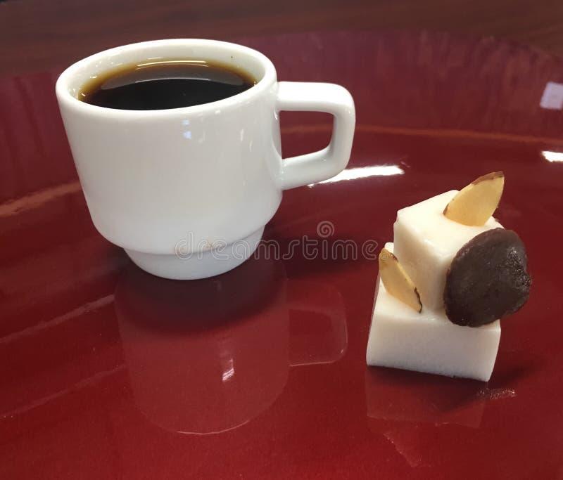 Kawa z kokosowym jello, migdałami i ganache, obrazy stock