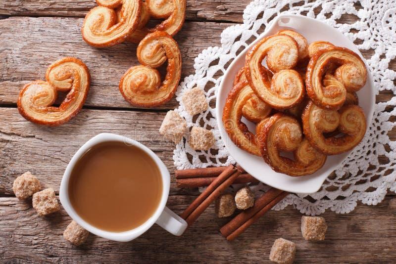 Kawa z mlekiem Palmiers na stole i ciastkami horyzontalny t obrazy royalty free