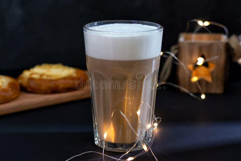 Kawa z mlekiem spienia wyśmienicie napój zdjęcia stock