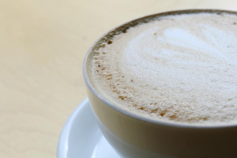 kawa z mlekiem w filiżance na drewnianym stole Cappuccino, latte z piankowatą pianą zdjęcie royalty free