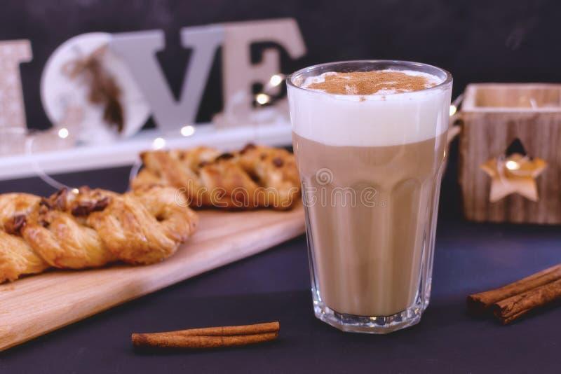 Kawa z mleko cynamonem i pianą Obok wyśmienicie deseru z czekoladą zdjęcia royalty free
