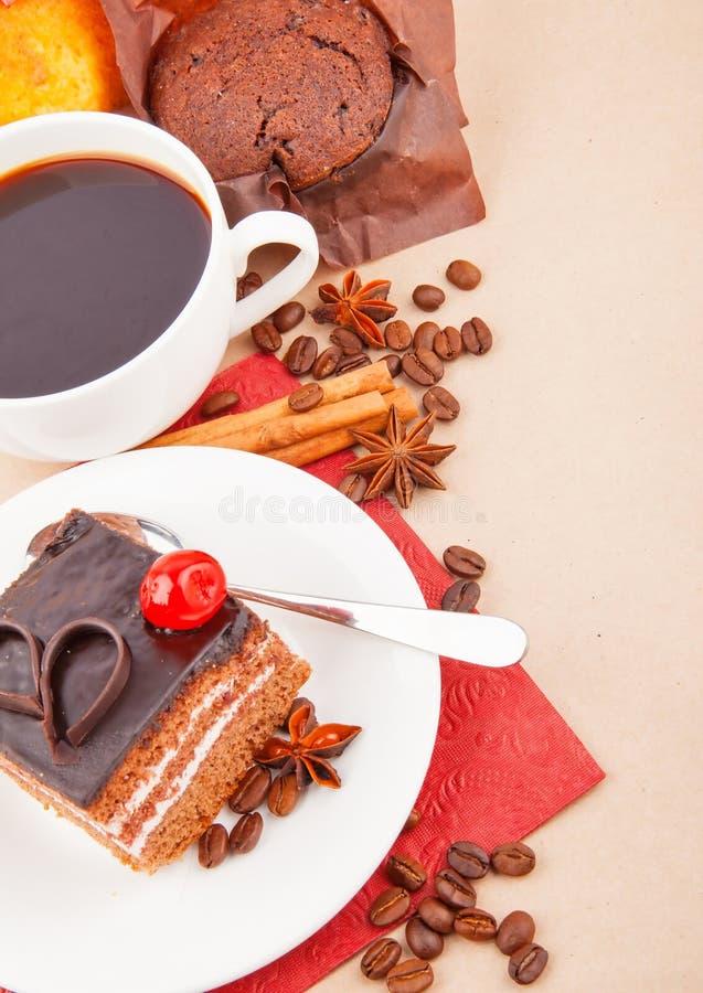 Kawa z pikantność i tortem zdjęcie royalty free