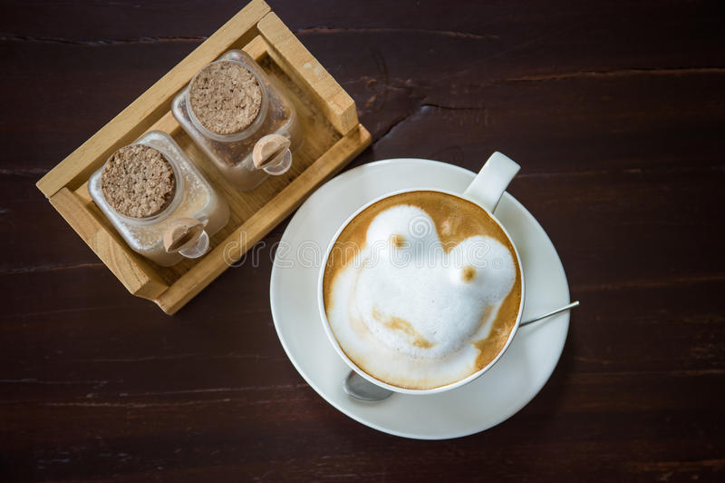 Kawa z pikantnością i artystyczna piana w białej filiżance obraz royalty free
