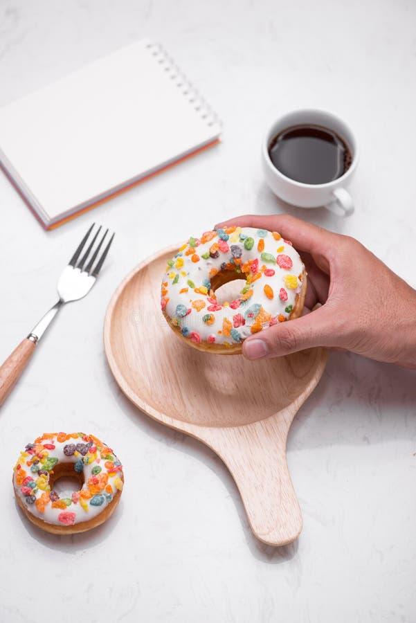 Kawa z smakowitymi donuts dla śniadania na stole zdjęcia stock