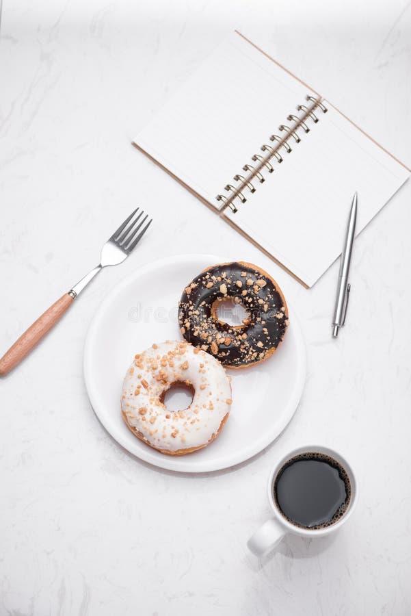 Kawa z smakowitymi donuts dla śniadania na stole fotografia stock