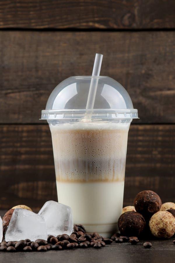 kawa zamra?aj?ca Zimna latte kawa w plastikowej filiżance kawa idzie Lato zimny nap?j fotografia stock