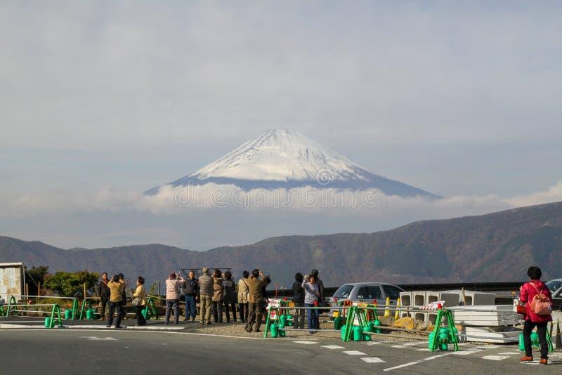Kawaguchi, Japón-noviembre 13,2012: La gente toma la foto que la montaña de Fuji es señal de la naturaleza en Japón imagen de archivo libre de regalías