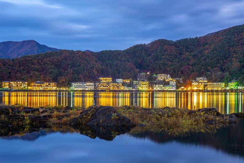 Kawaguchiko вида на озеро ночи около Mount Fuji стоковые изображения