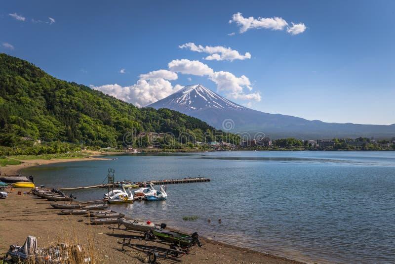 Kawaguchiko - 24 de maio de 2019: Monte Fuji parece do lago Kawaguchi, Japão foto de stock royalty free