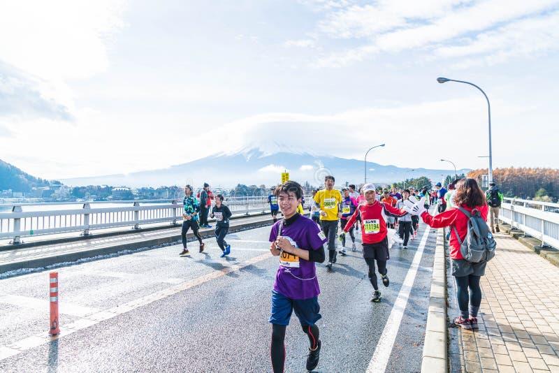 Kawaguchiko, JAPÓN - 27 de noviembre de 2016: Gente que corre en el puente fotografía de archivo