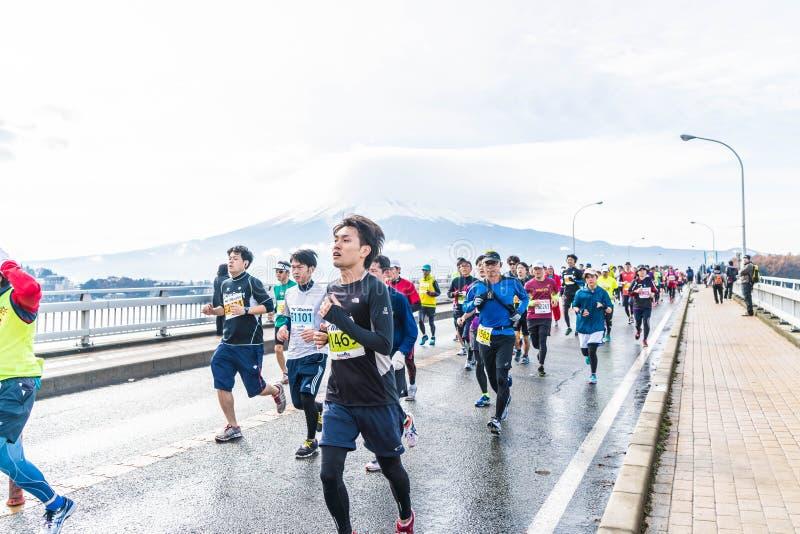 Kawaguchiko, JAPÓN - 27 de noviembre de 2016: Gente que corre en el puente fotos de archivo