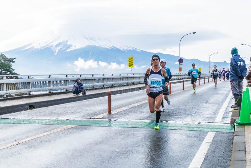Kawaguchiko, JAPÓN - 27 de noviembre de 2016: Gente que corre en el puente imágenes de archivo libres de regalías