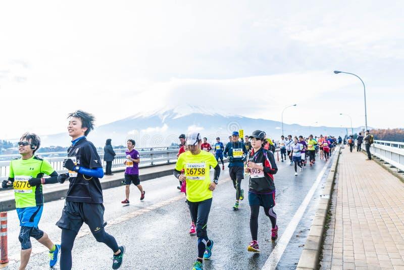 Kawaguchiko, JAPÓN - 27 de noviembre de 2016: Gente que corre en el puente foto de archivo