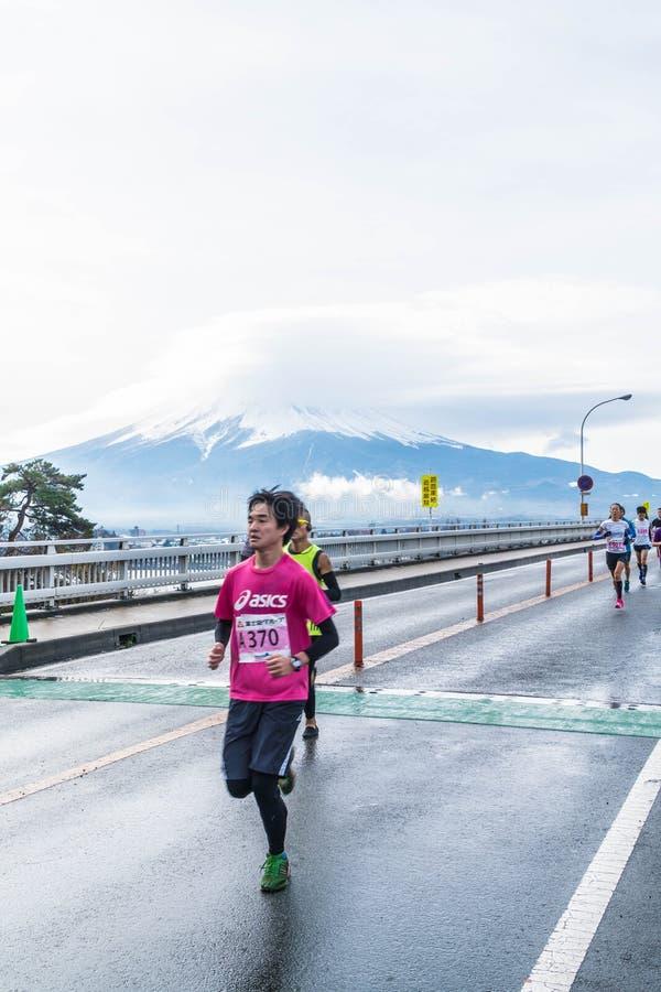 Kawaguchiko, JAPÓN - 27 de noviembre de 2016: Gente que corre en el puente fotografía de archivo libre de regalías
