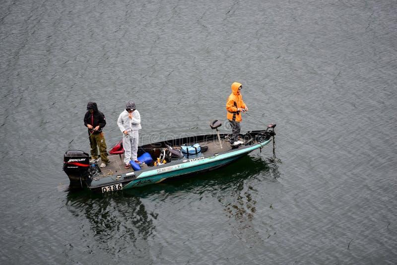 KAWAGUCHIKO JAPAN - OKTOBER 09, 2016: Oidentifierade tre män a arkivbild