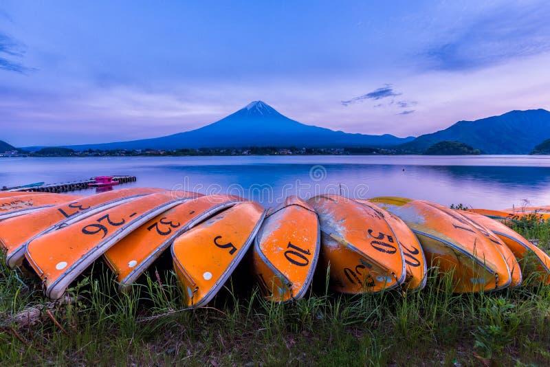 Kawaguchiko sjö och Mount Fuji san efter solnedgång, Yamanashi, Jap arkivfoton