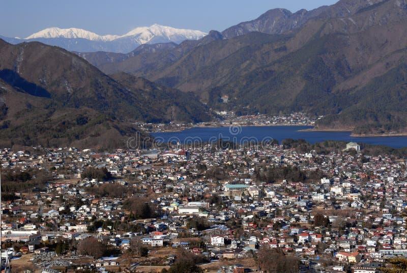 Kawaguchikomeer en Fujikawaguchiko-stad royalty-vrije stock afbeeldingen