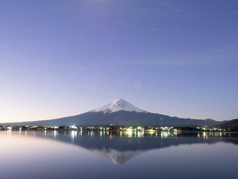 Kawagushi för berg Fuji och sjöi skymning royaltyfri fotografi